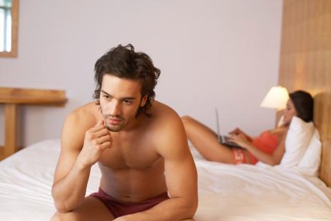de ce se inhiba barbatii in pat