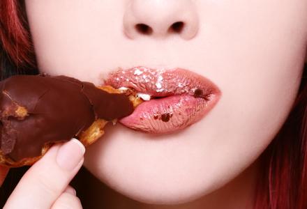 femeie mancand ciocolata