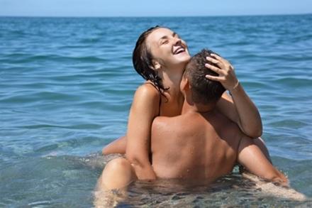 cuplu facand sex in apa