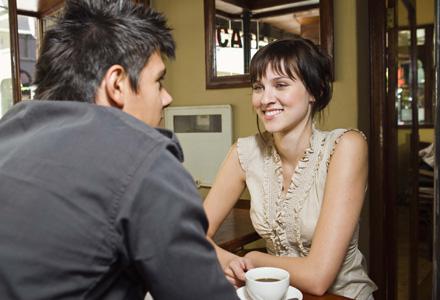 cuplu la cafenea