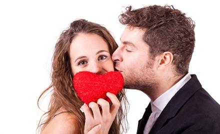 barbat sarutand o femeie