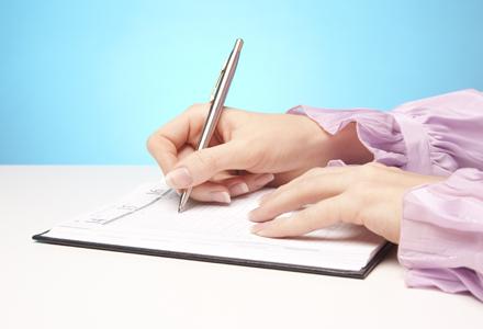 femeie scriind