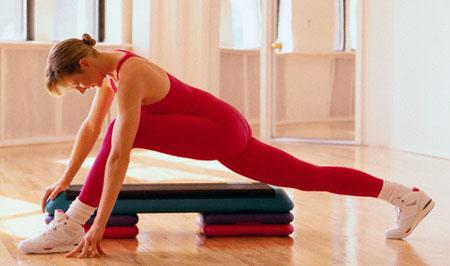 Femeie facand exercitii fizice