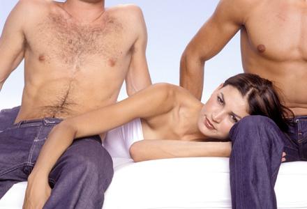 Femeie intre doi barbati