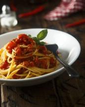 Un preparat clasic: spaghete cu sos de rosii