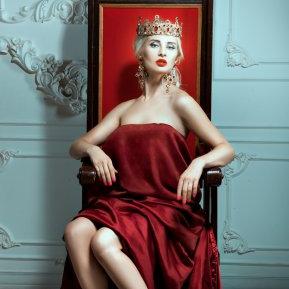 Prețioasa zodiacului – femeia care privește lumea de pe piedestal