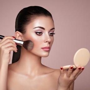Fondul de ten mat nu mai este la modă! Lista produselor cosmetice care sunt OUT în vara 2018