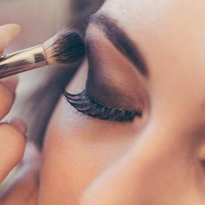 Culorile neutre nu se mai poartă în make-up! Nuanţa HOT de farduri din acest sezon