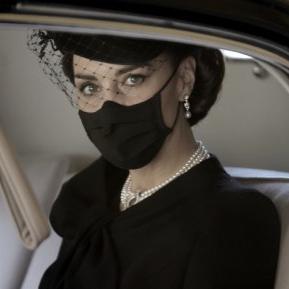 Tributul discret adus de Kate Middleton reginei Elisabeta a II-a, prințesei Diana și prințului Philip, la funeraliile acestuia