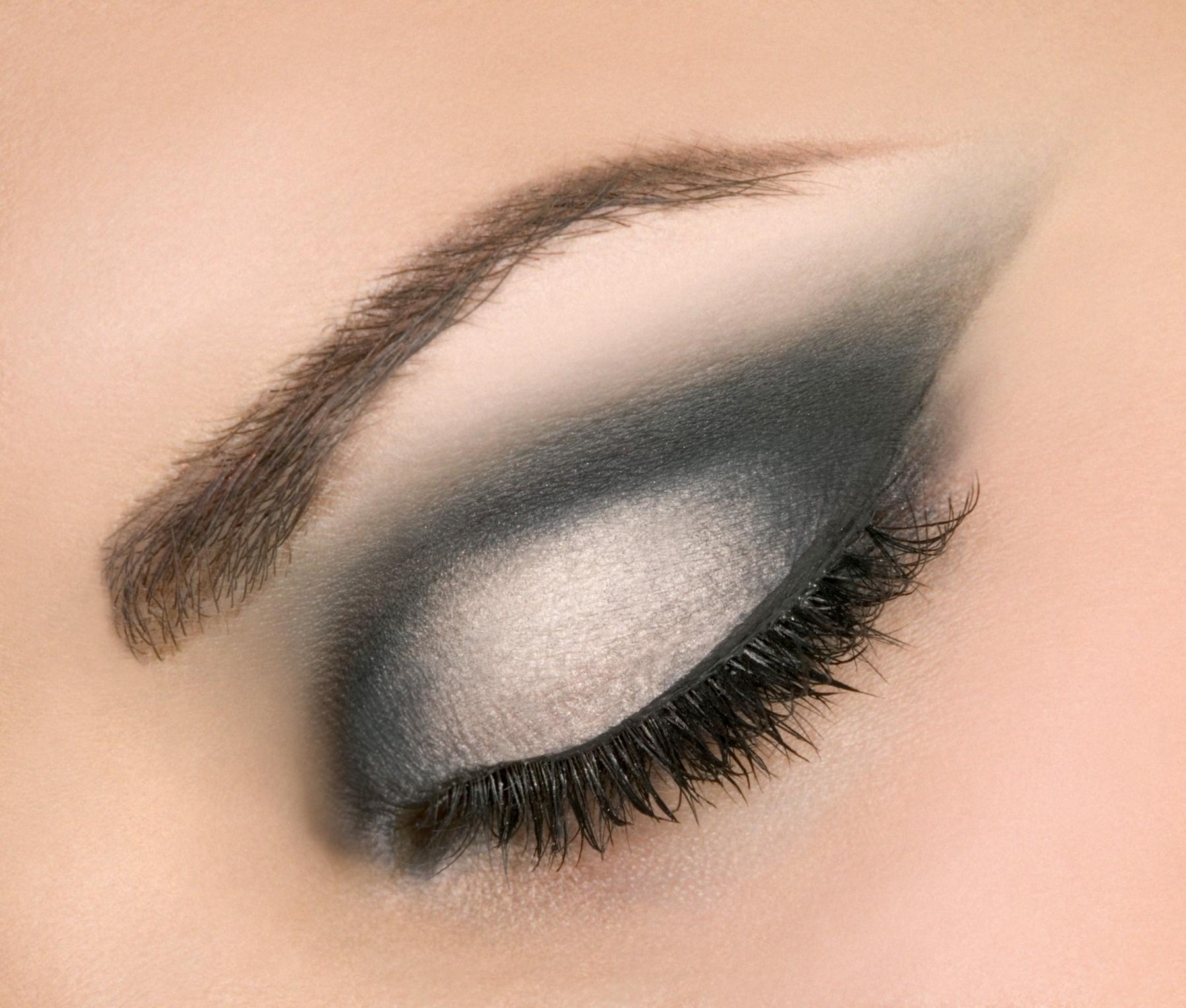 Простой макияж с черно-белыми тенями
