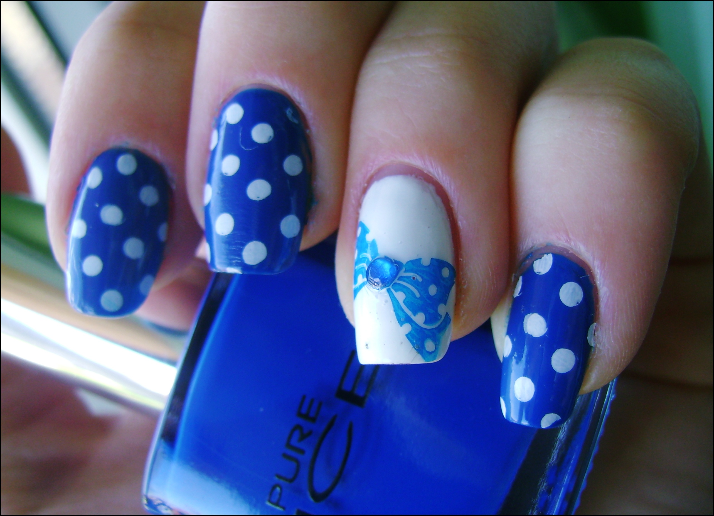 Дизайн ногтей к бело синему платью